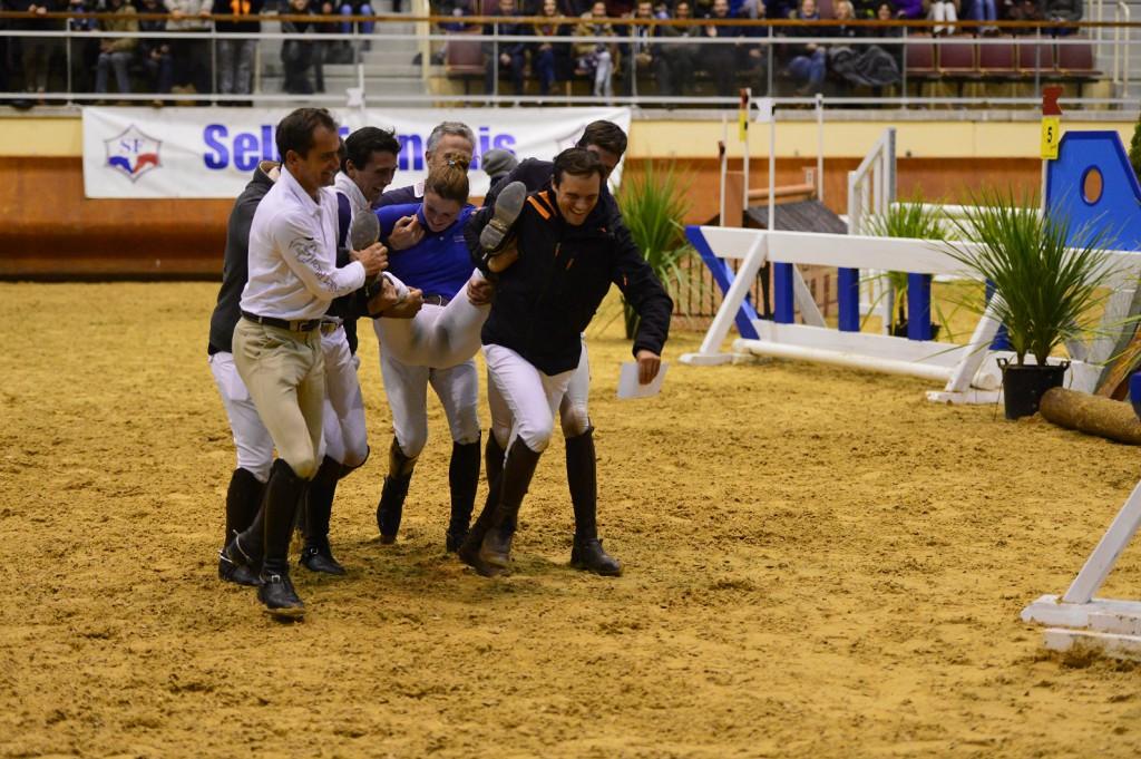 Petit tour obligé dans le gué pour la gagnante ! - photo Pierre Barki
